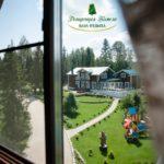 Вид из окна на зеленую территорию базы отдыха